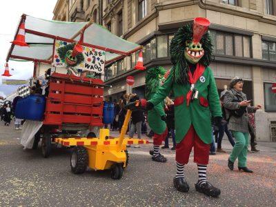 Anhänger ziehen Karneval - Multi-Mover Einsatz Carneval - Multi-Mover L25 mit Anhänger - Ziehhilfe Karnevalswagen - Karnevalswagen ziehen