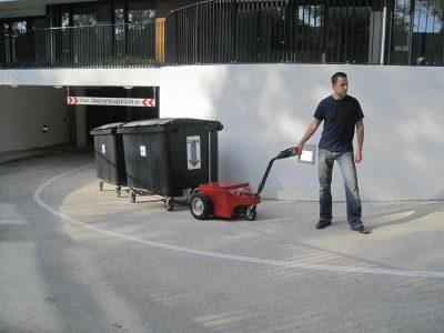 Container - Müllgroßcontainer dolly - Müllcontainer Kupplung - Mülltonne - Elektroschlepper - Rangierhilfe - Industrieschlepper - Elektro-Schlepper - Zughilfe - Manövrierhilfe - Rangierschlepper - Deichselschlepper - Anhängerrangierer - hochziehen - Rampe - Zug - Kupplung