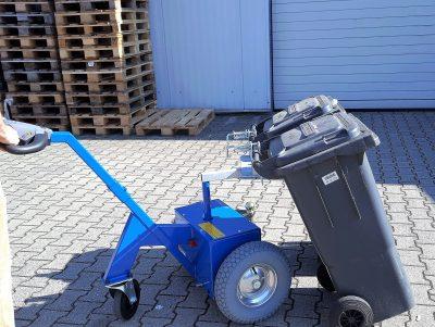 Mülltonnentransport - Transportmöglichkeit Mülltonnen - Mülltonnentransporthilfe - Mülltonnen ziehen - Mülltonnen schieben - Müllbehälter Kupplung -Elektroschlepper - Rangierhilfe - Industrieschlepper - Elektro-Schlepper - Zughilfe - Manövrierhilfe - Rangierschlepper - Deichselschlepper - Anhängerrangierer - Multi-Mover