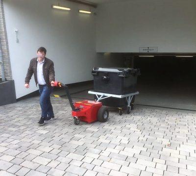 Müllcontainer Hochfahren - Multi-Mover XL Dolly - Elektroschlepper - Rangierhilfe - Industrieschlepper - Elektro-Schlepper - Zughilfe - Manövrierhilfe - Rangierschlepper - Deichselschlepper - Anhängerrangierer - Container ziehen - Müllgroßcontainer rangieren - Müllcontainer bewegen - Mülltonne ziehen